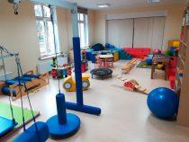 Mobilna podłoga zachęca       i wspiera dzieci w Poradni.